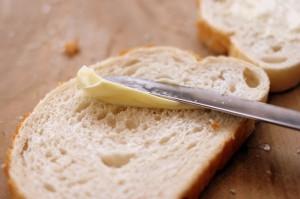 マーガリンをパンに塗る