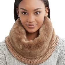 首を暖める女性