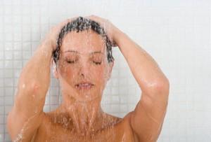 シャワーをする女性