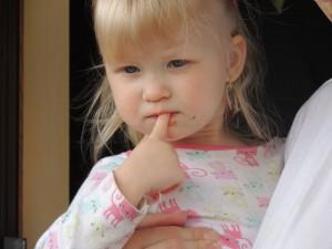 指をしゃぶる子供