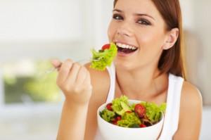 野菜食べる女