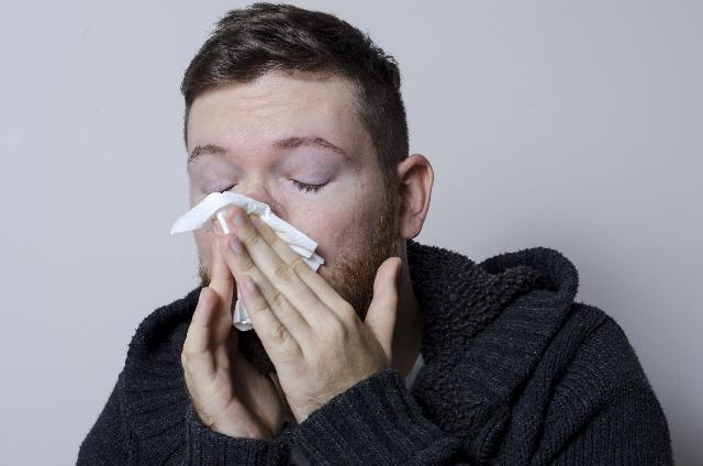 男性鼻をかむ
