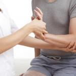 腕が上がらないのは病気?原因や改善方法を紹介!