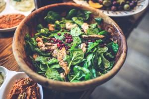 kaboompics.com_Salad- pomegranate, chicken, spinach