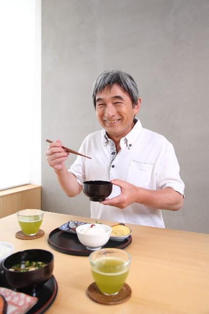 食事する老人