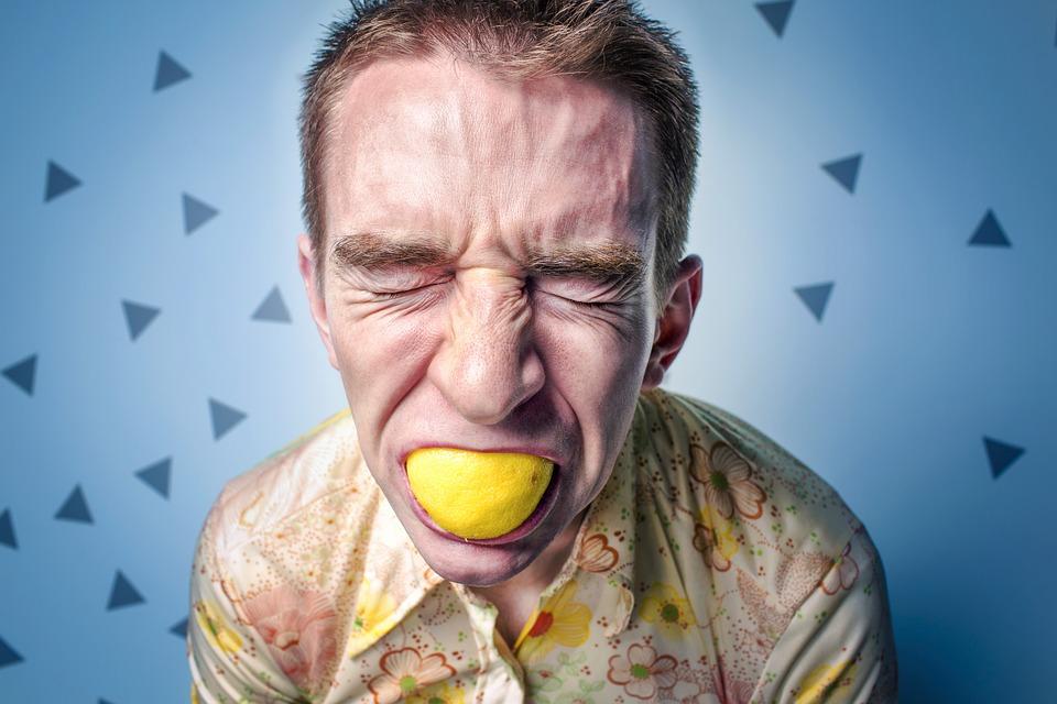 レモンを食べる男