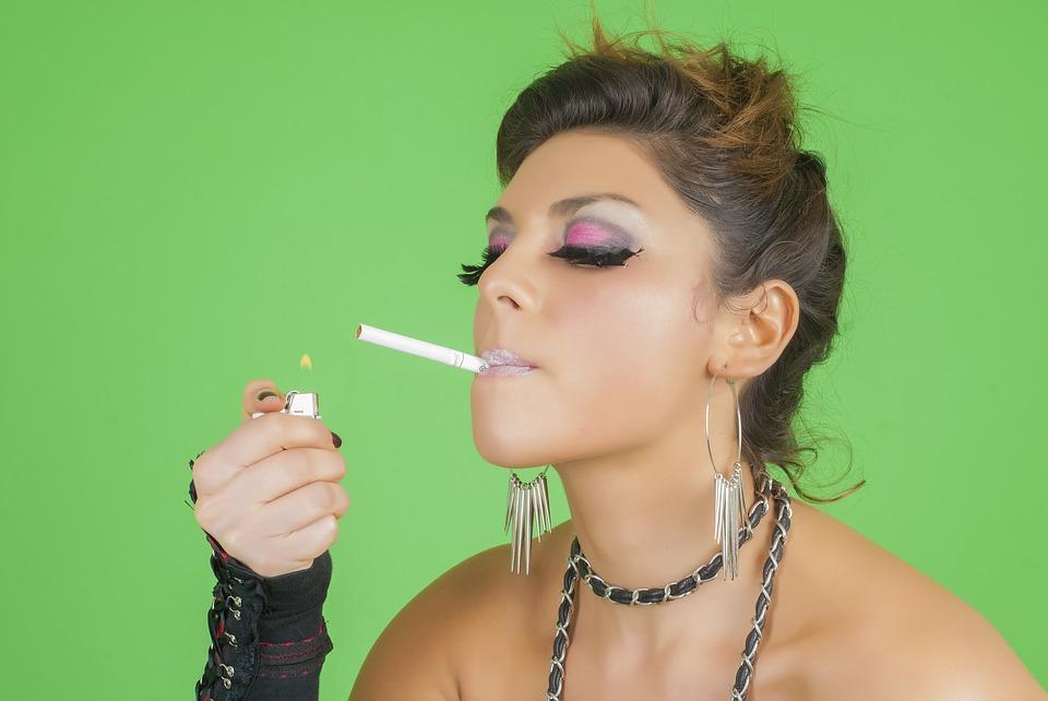 s喫煙女性720