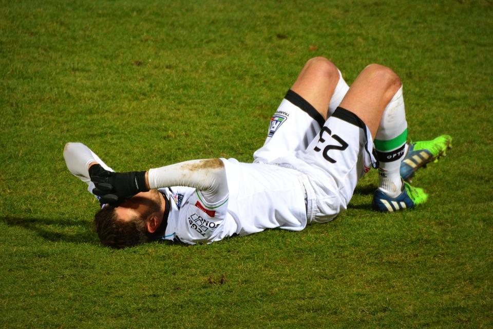 サッカー倒れる人