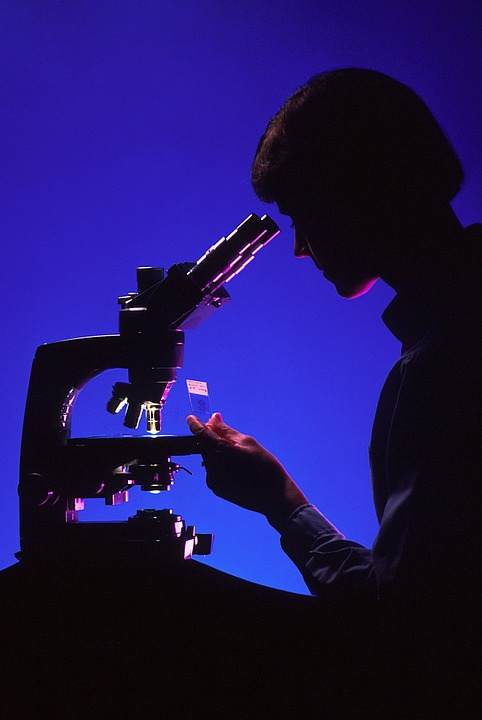 scientist-with-microscope-996187_960_720