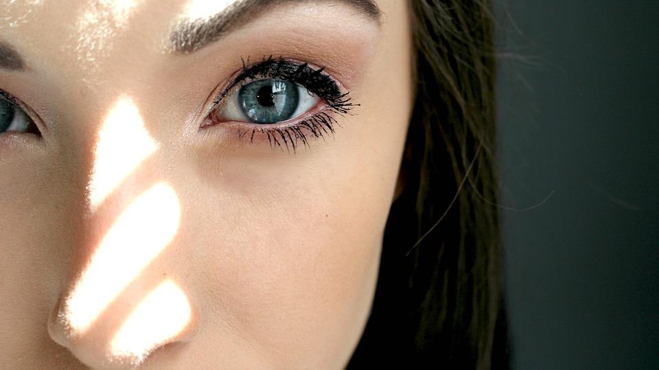 ブルー眼黒目がち