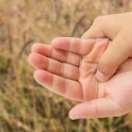 中指が痛い原因を11個紹介!外的要因と内的要因ごとに紹介!治療法や予防法は?