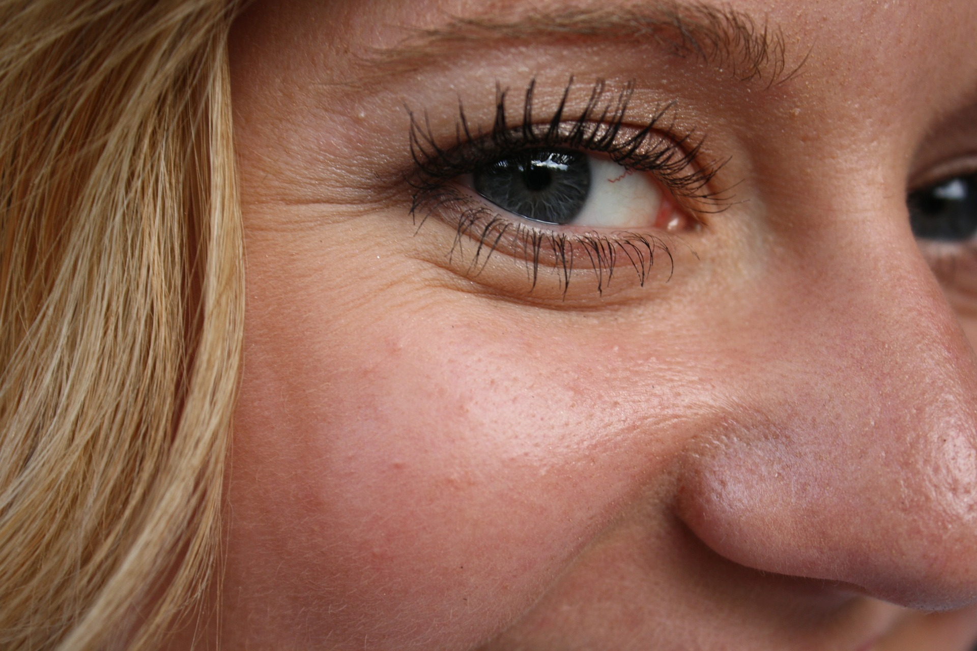 皺のある目元と頬骨