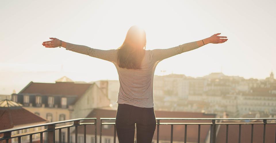 balcony-1834990_960_720朝陽を浴びて立つ