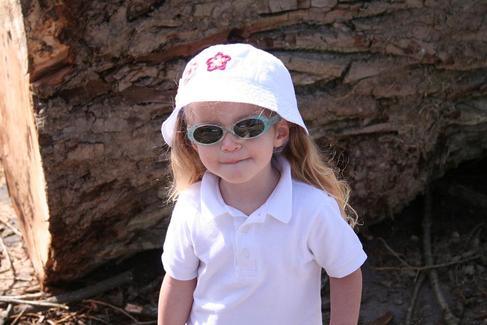 サングラス帽子の女の子