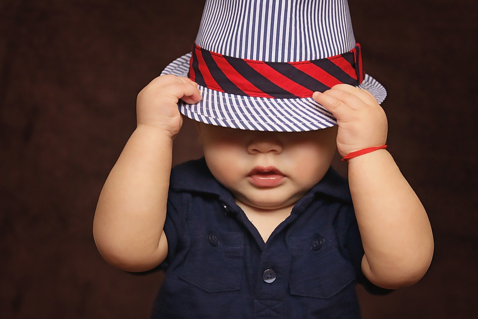 帽子を深くかぶった子ども