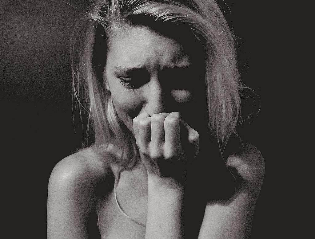 すぐ泣く女