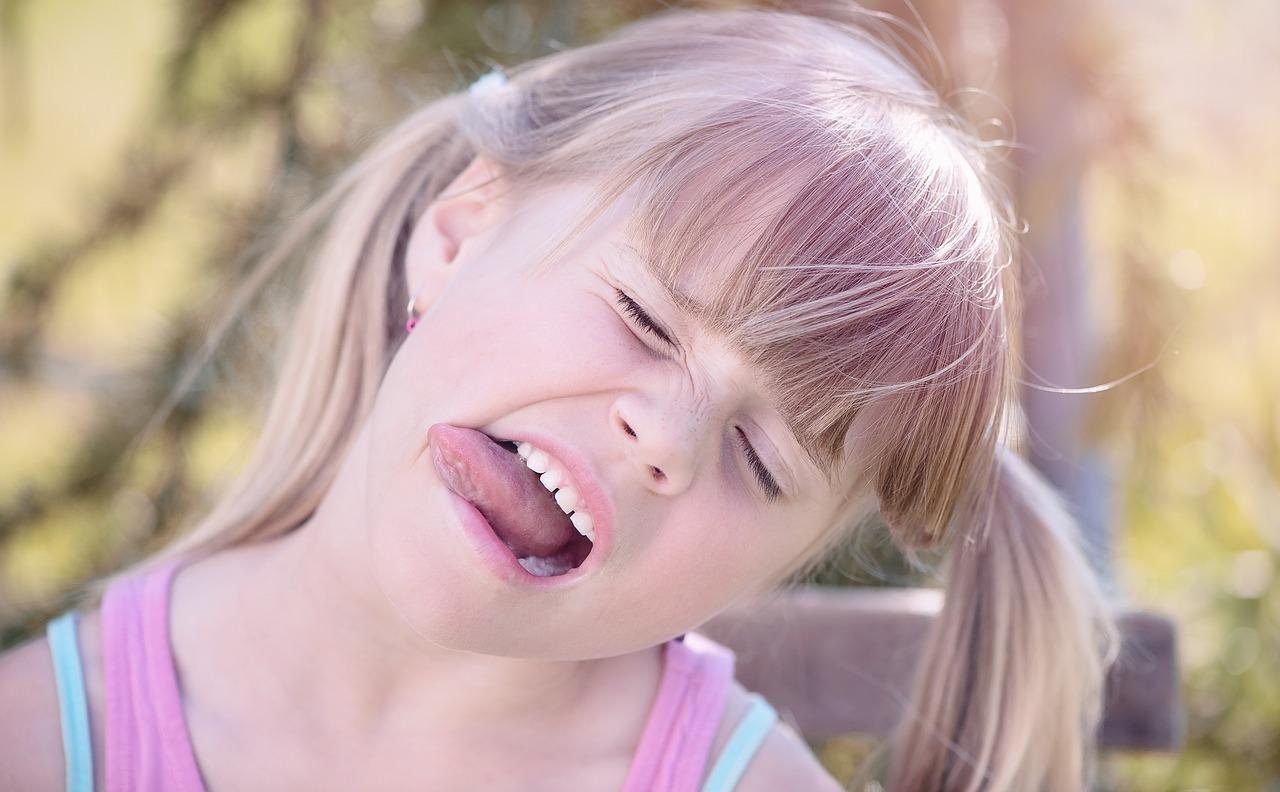 舌を出している女の子2