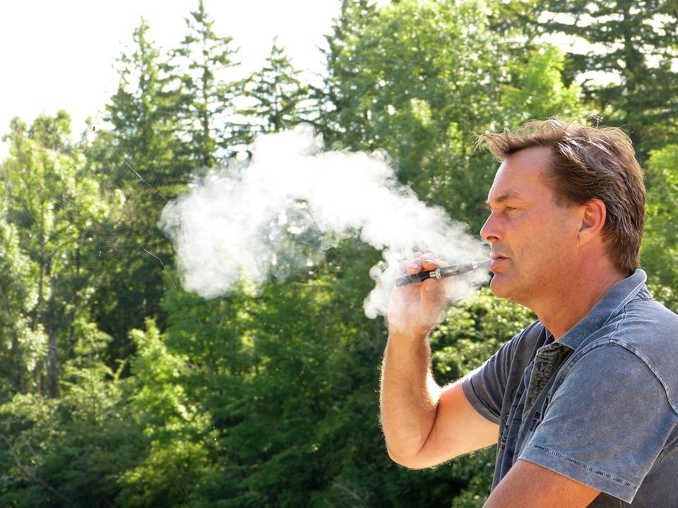 man-2634401_960_720タバコを吸う人