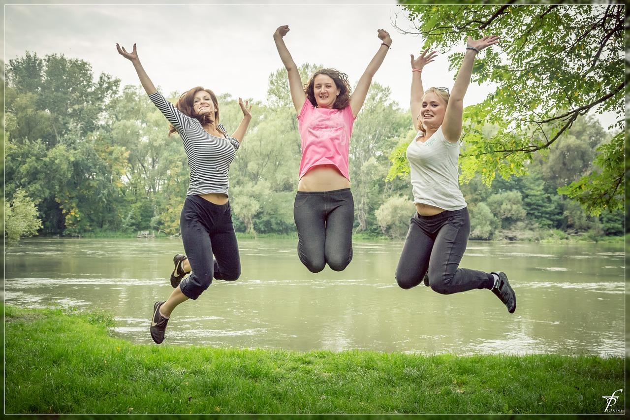 ジャンプする3人の女性