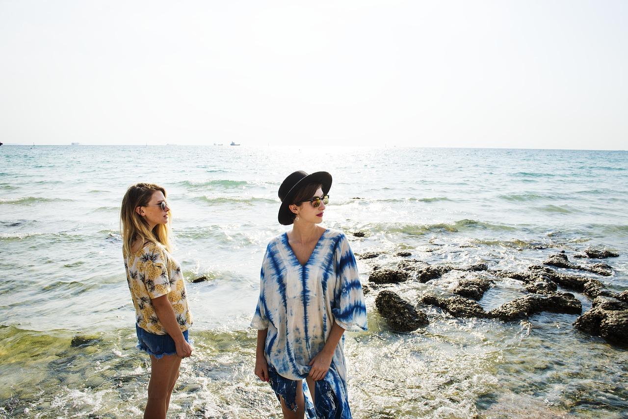 海辺の女性たち