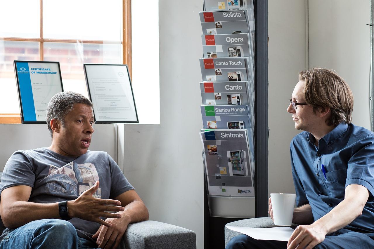 話し合う2人の男性