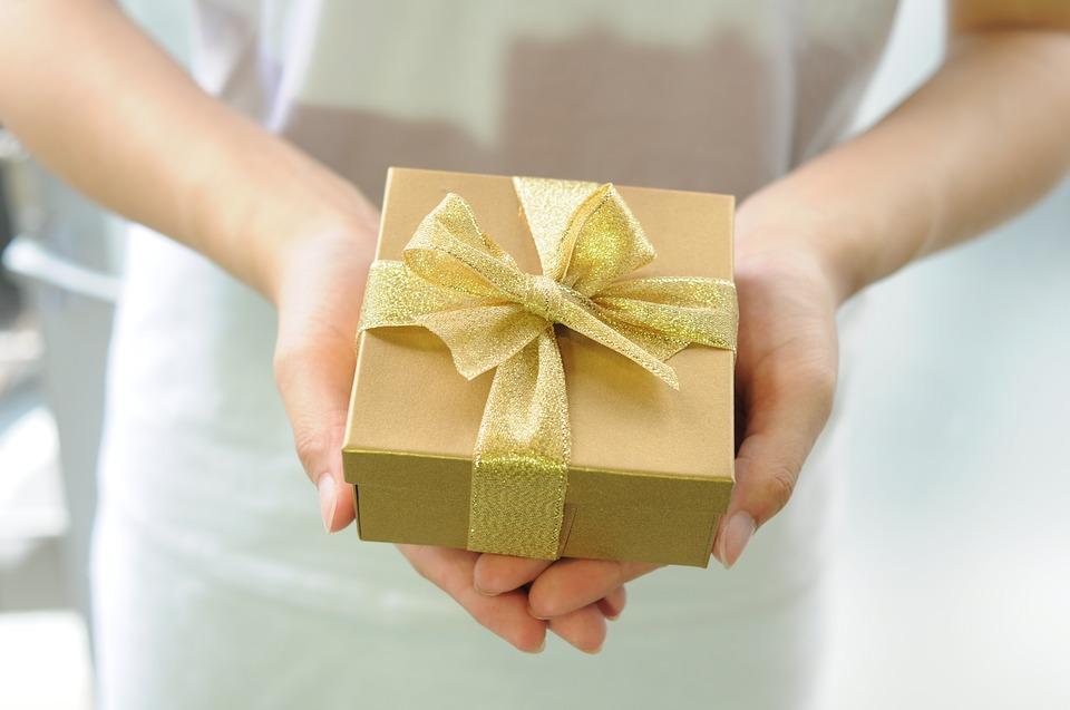 gift-box-2458012_960_720何かを渡す